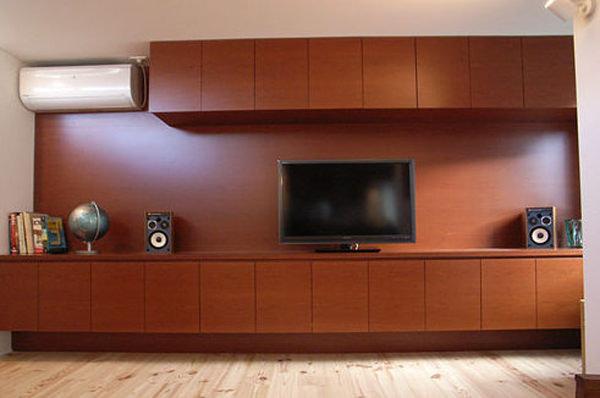 染色したブラックチェリー突板を使用し製作した壁面一体型のテレビボード