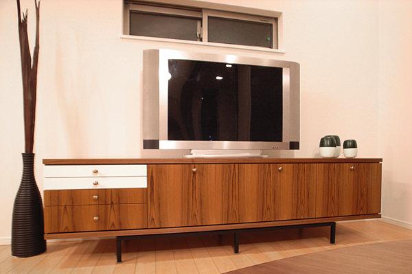モダンビンテージをテーマに製作したオーダー家具。チークの突板を使用したテレビボード。