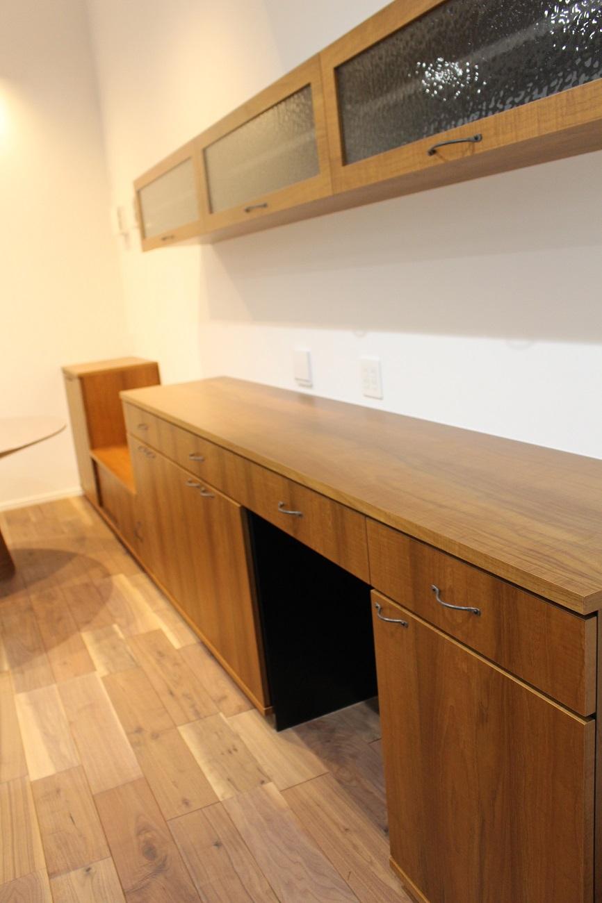 型ガラスとアイアンの取手など、ヨーロッパの田舎をイメージさせるような要素を取り入れたオーダー家具