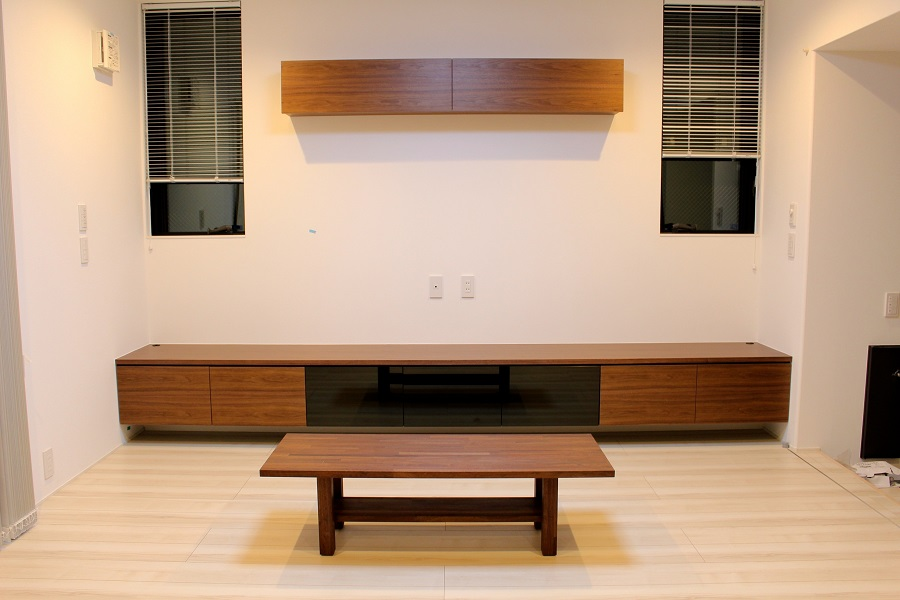 造作家具・ウォールナット集成材と突き板でオーダー製作したセンターテーブル・吊棚