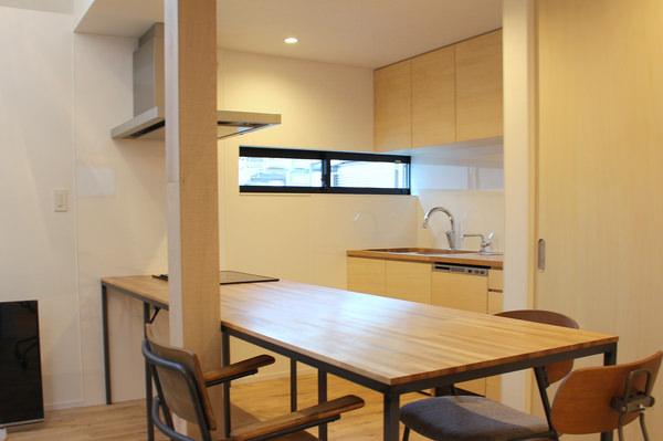オーク材で作った木製キッチンとダイニングテーブル