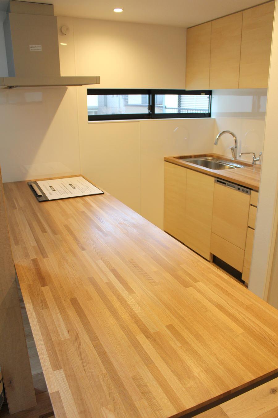 造作ダイニングテーブルの天板。オーク集成材で製作されており、モザイク模様のように見える。