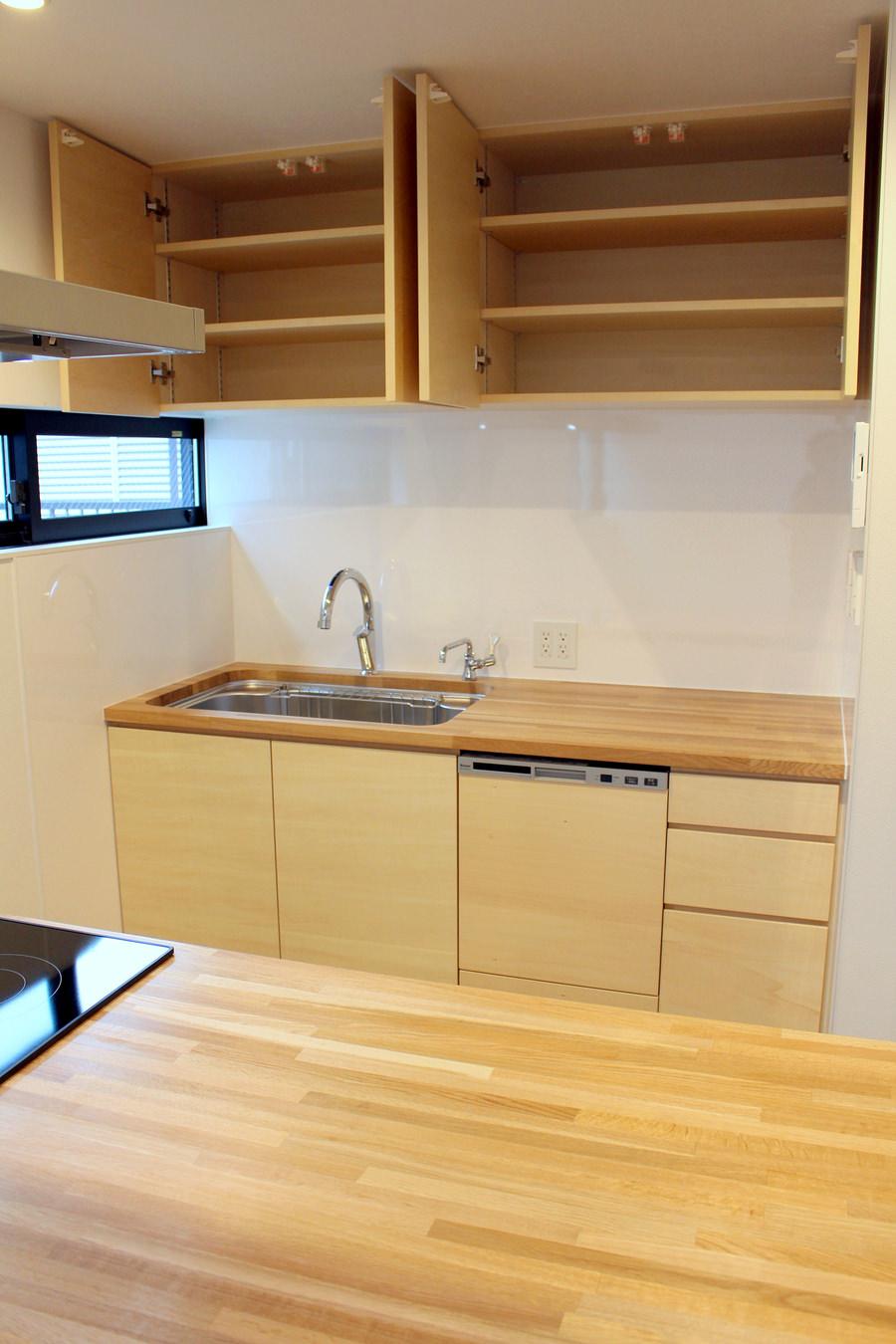 造作キッチン収納の扉を開いた写真。
