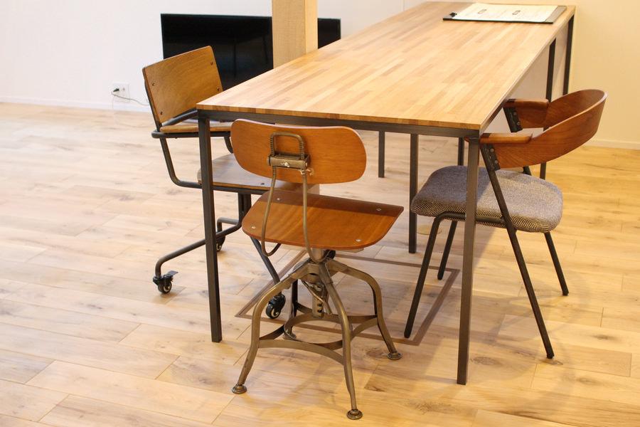 ダイニングのコーディネート。造作したダイニングテーブルと同じく、アイアンと木材を組み合わせたチェアを三脚セレクトしている。