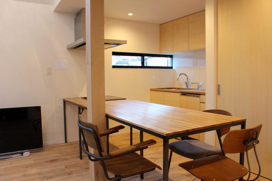 造作家具・オーク集成材と黒皮鉄で製作した木製トップのオーダーキッチン・ダイニングテーブル
