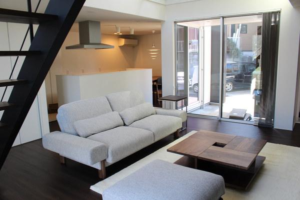 白いソファとウォールナット家具のリビング・コーディネート
