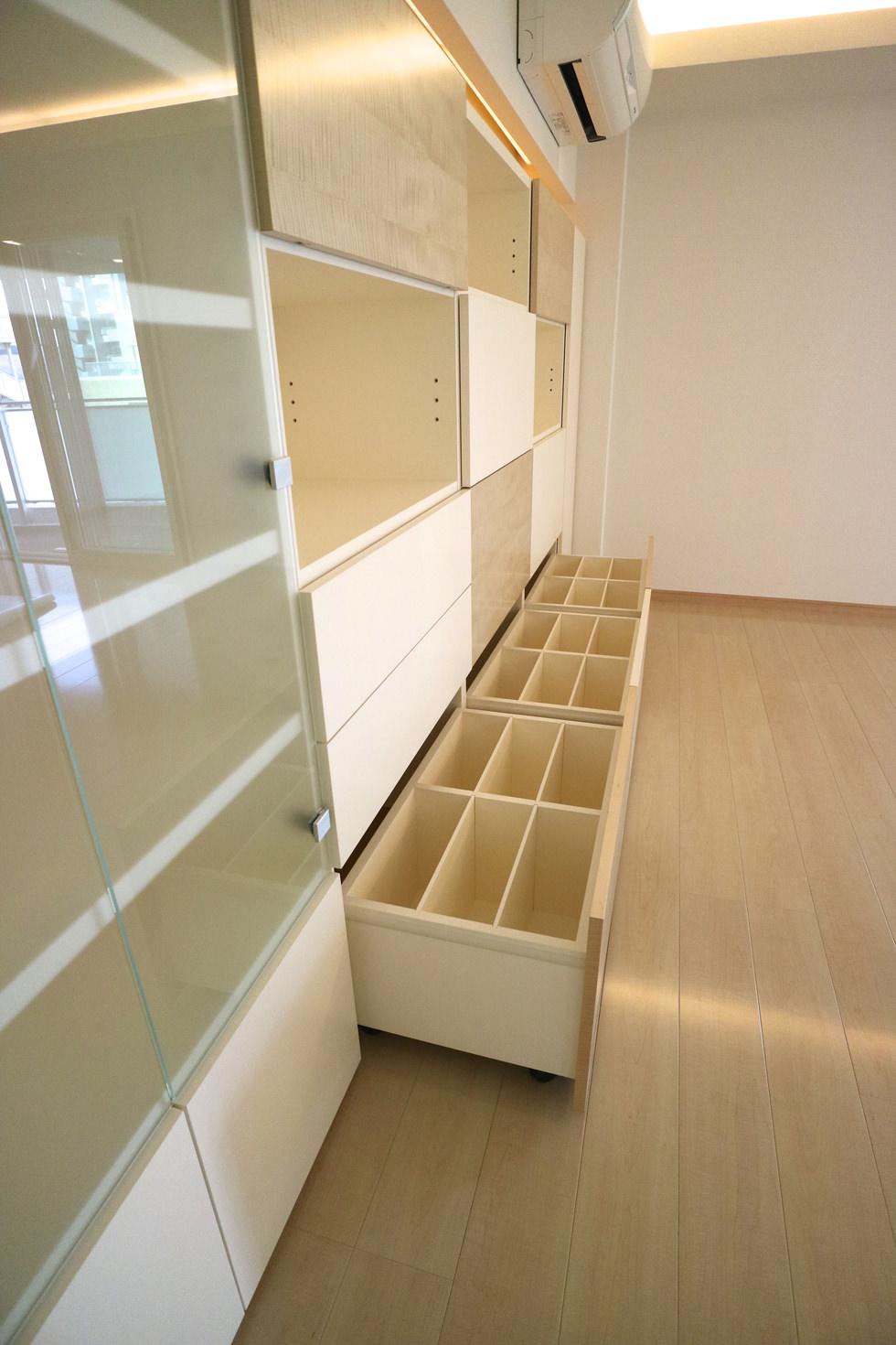 オーダー家具・壁面収納の引き出し内部。CDや楽譜など、収納する物に合わせて仕切りを作っている