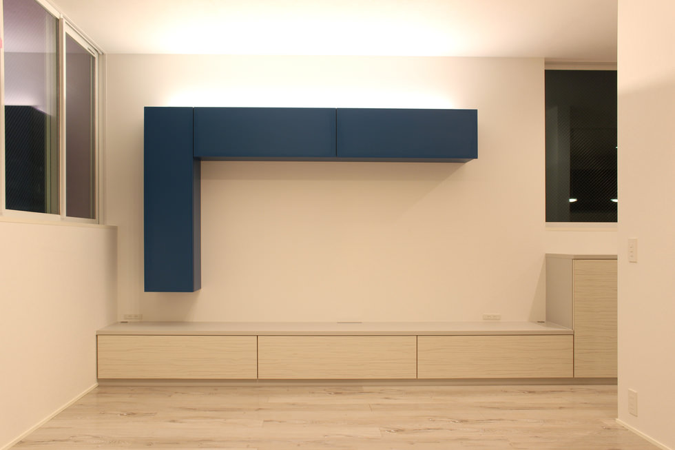 造作家具・壁面一体のテレビボードと壁面収納
