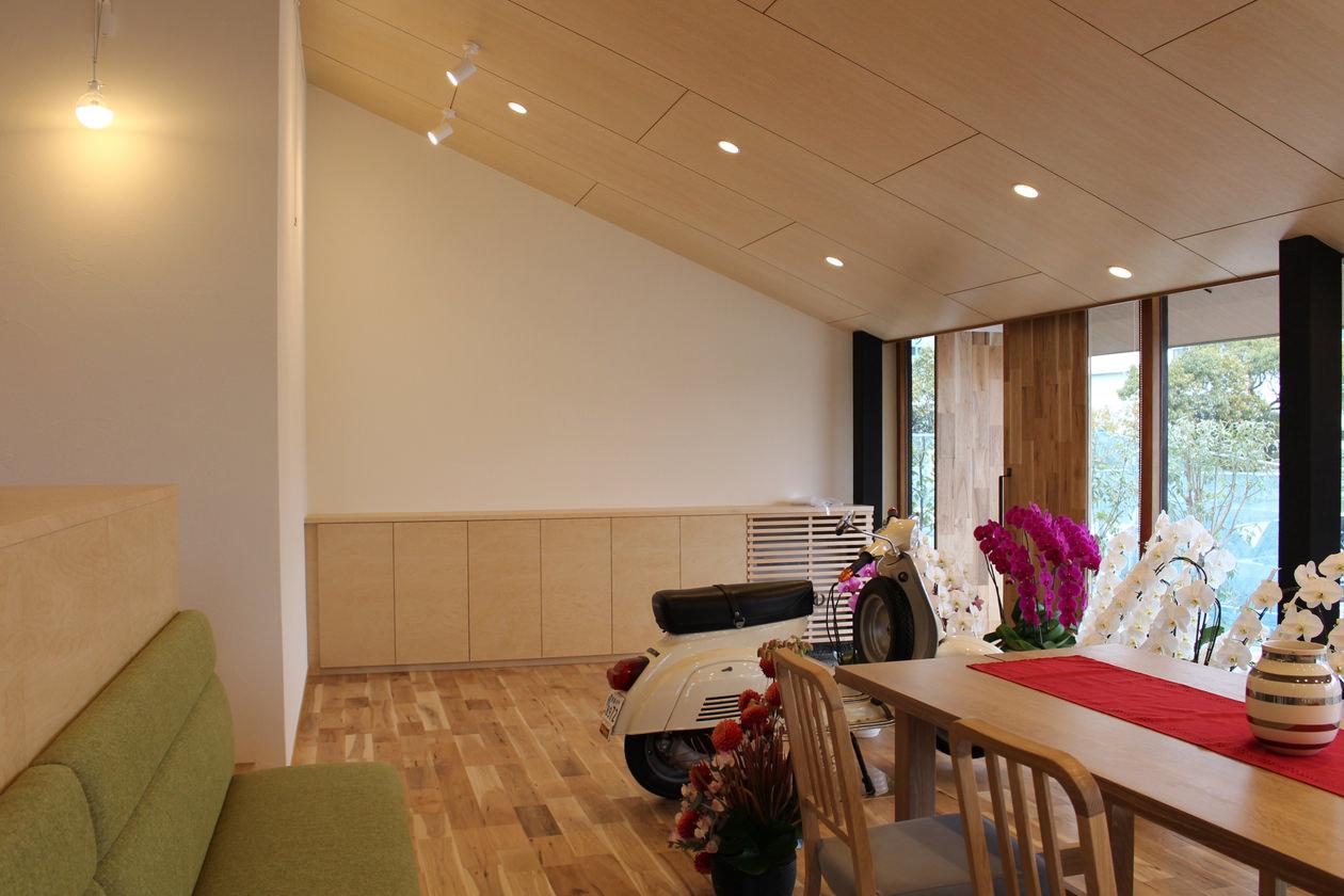 オーダー家具・玄関収納を引きで見た写真。一緒に納品した造作ベンチが手前に見える
