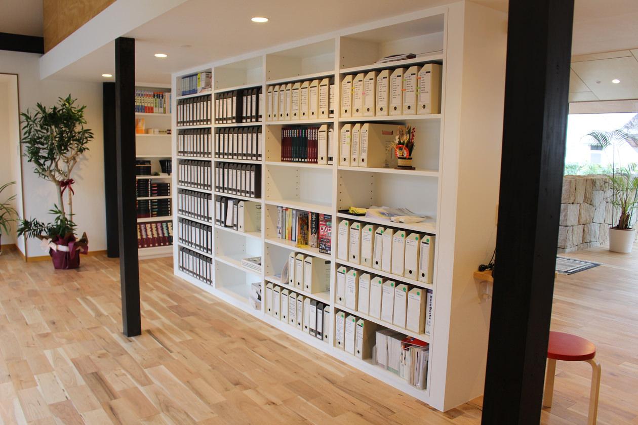 1階の中央に造作された書棚をオフィスの奥から見た画像