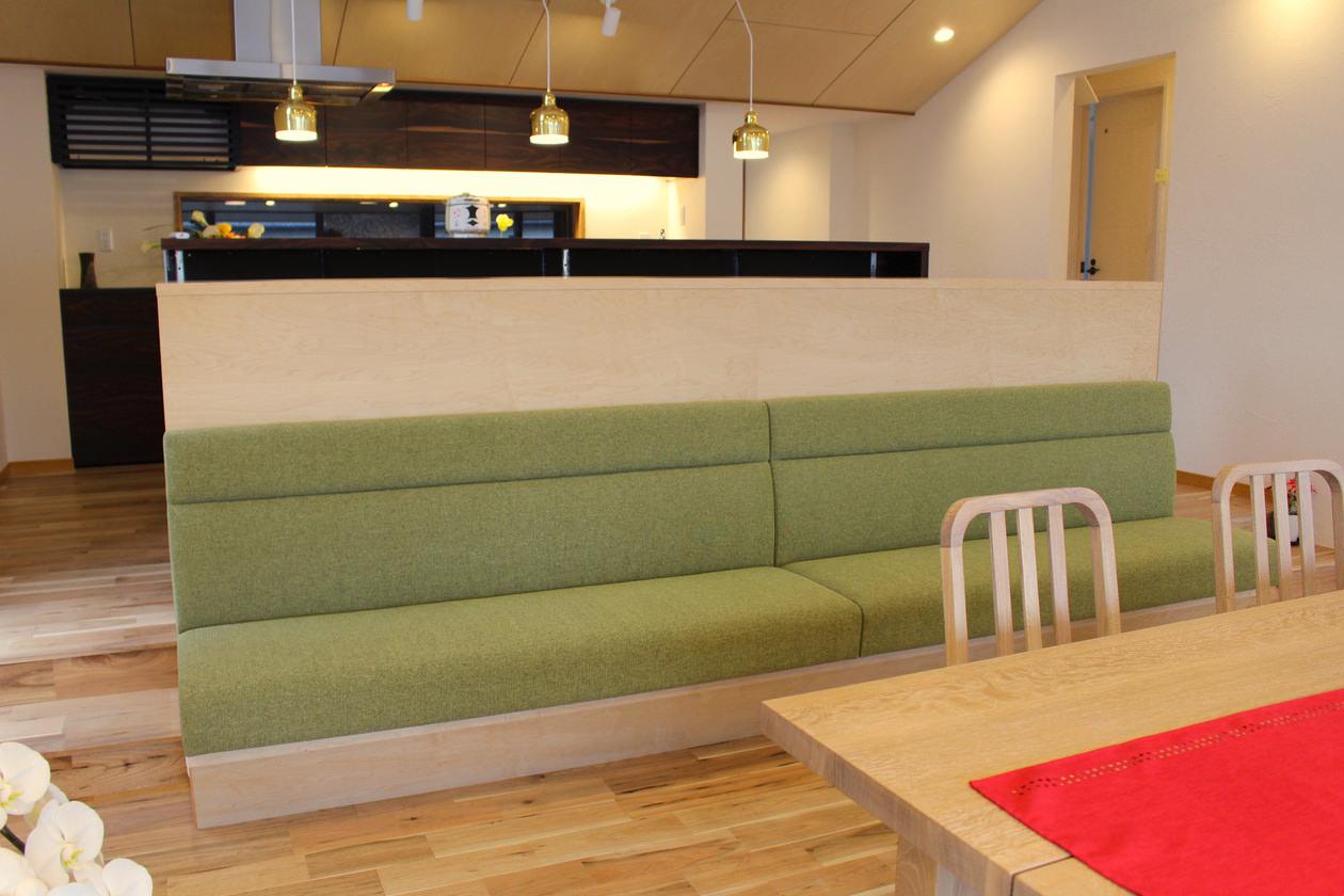 造作家具・グリーンのファブリックを使って製作したオーダー家具。収納一体型のベンチを正面から見た写真
