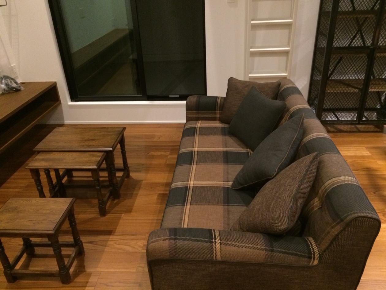 イタリアンファブリックのソファを置いたリビングに、フレキシブルに使えるネストテーブルを合わせた