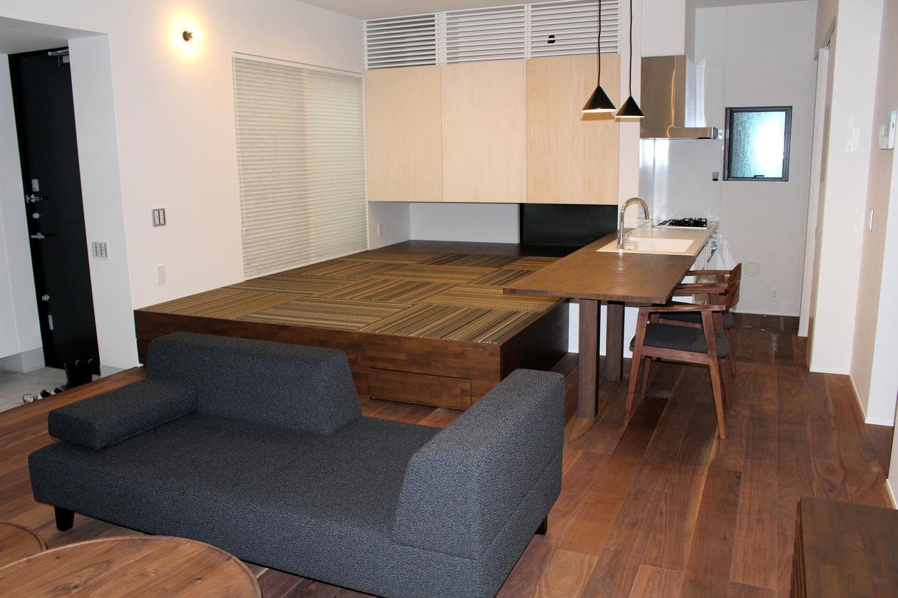 ウォールナット無垢の国産家具を中心にセレクトしたリビングダイニングのインテリアコーディネート。職人が一品一品丁寧に作ったこだわりの家具を選んでいます。