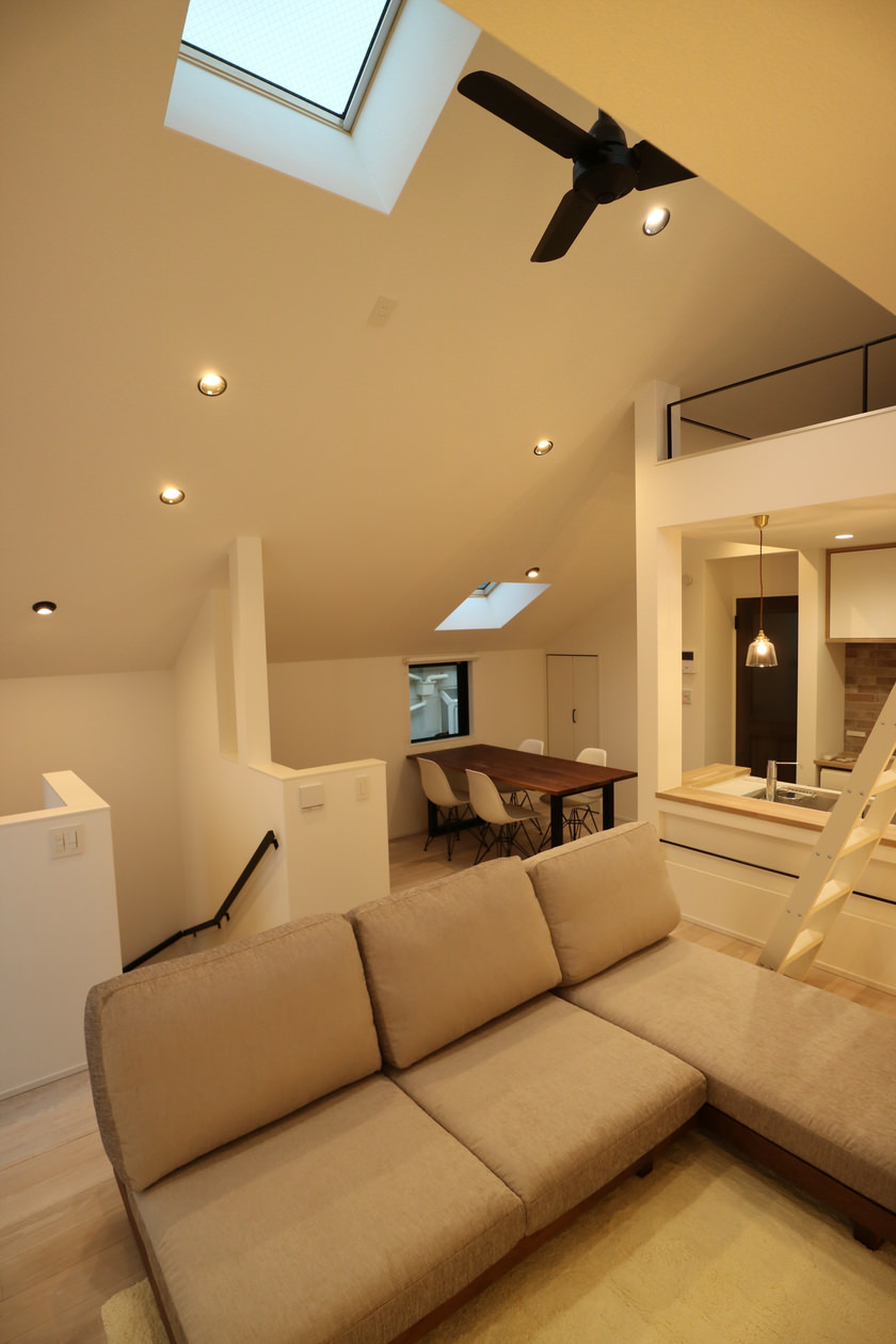 白塗装のフローリングを生かすため、家具の木材は敢えて色の濃いウォールナットを選択し、シルエットが引き立つようにしている