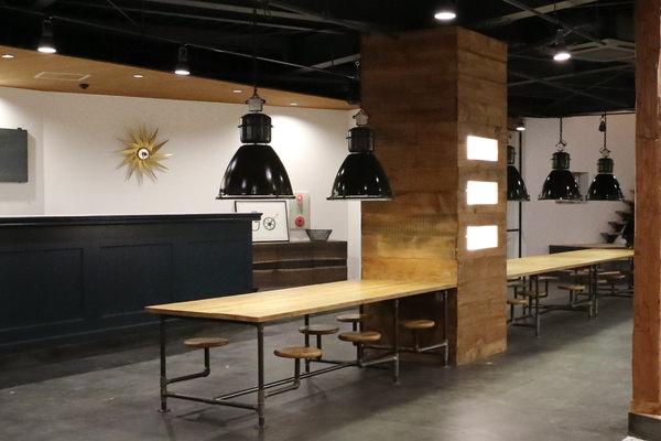 オーダー家具・オーク無垢材を天板に、鉄パイプをフレームに製作したテーブル。