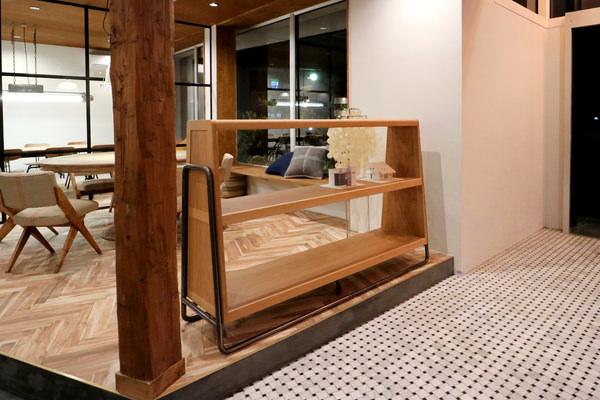 オーダー家具・黒皮鉄と節有オークのオープンシェルフ