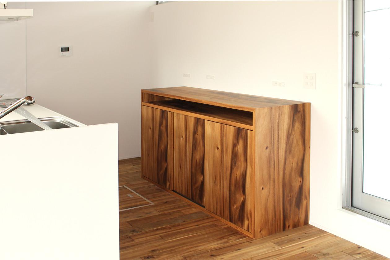 ハワイアンコア材を使用した造作キッチン収納