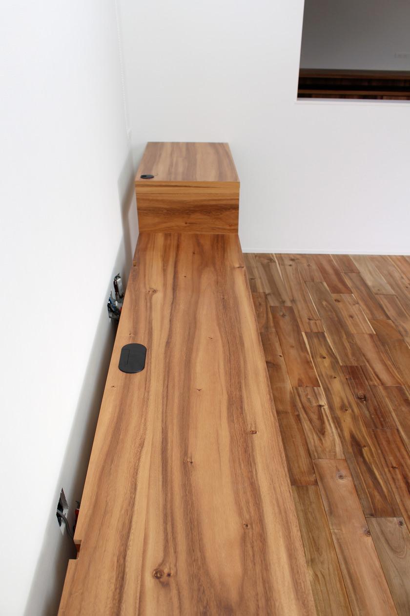 造作テレビボードの天板。後ろ側に配線スペースを設けている