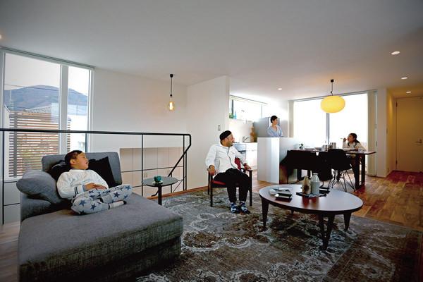 長野県・注文住宅でのインテリアコーディネート。グレイッシュカラーとウォールナットのモダンなデザインのアイテムをセレクトした