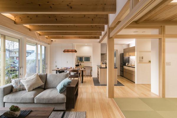 埼玉県のインテリアコーディネート ウォールナットの無垢家具を使っています